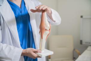 膝関節について説明する医師