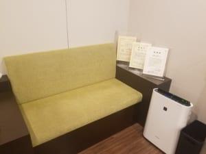 大宮ひざ関節症クリニックの待合室に院長の賞状を展示しました